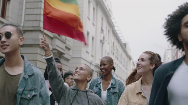 vídeos de stock, filmes e b-roll de marcha do orgulho gay na cidade - lgbt