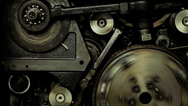 vídeos de stock e filmes b-roll de engrenagens na velha máquina de impressão - dentes
