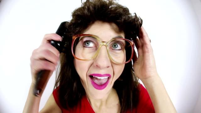 こっけいな女性彼女の 80 年代のボラをブラッシング - ブラシ点の映像素材/bロール