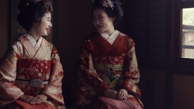 geisha maiko kyoto japan konversation - tradition bildbanksvideor och videomaterial från bakom kulisserna