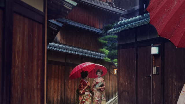 vídeos de stock e filmes b-roll de geisha maiko walking outdoor gion animated photo slow motion 4k - cidade de quioto