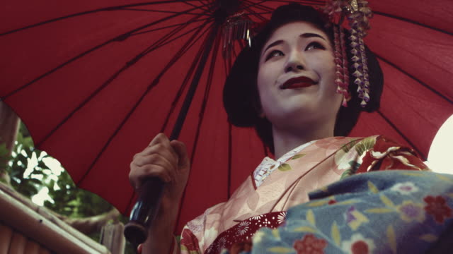vídeos de stock e filmes b-roll de geisha maiko walking outdoor slow motion 4k - cidade de quioto
