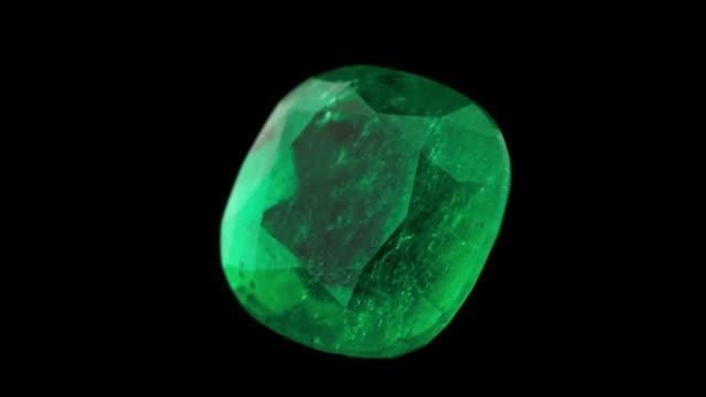 vídeos de stock, filmes e b-roll de pedra preciosa e cristal esmeralda para joias gem almofada corte - esmeralda