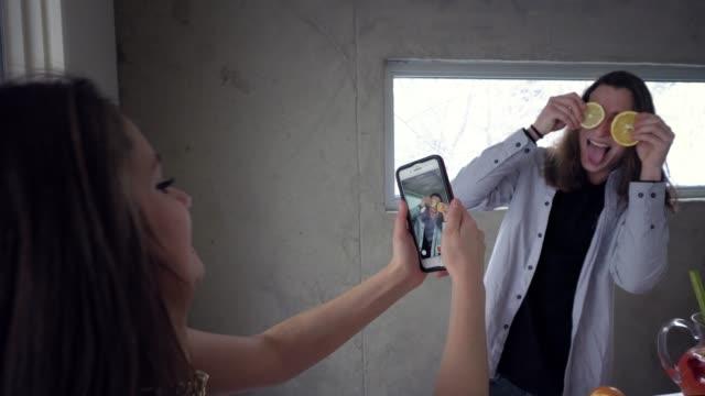 gen z generation freunden silvester party selfie küche - teenage friends sharing food stock-videos und b-roll-filmmaterial
