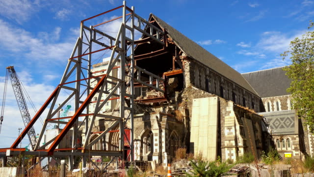 general view of the cathedral damaged nave with the steel structure preventing the rest of the stone body from a new collapse, after the 2011 earthquake. - christchurch nuova zelanda video stock e b–roll