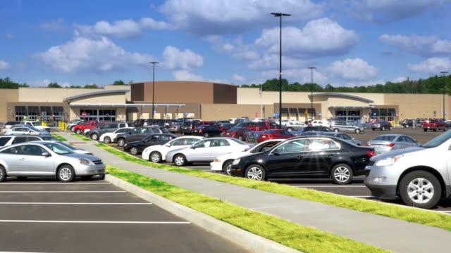 stockvideo's en b-roll-footage met generic big box storefront - parking