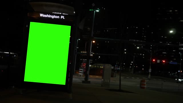夜の繁華街のバス停で一般的なグリーン スクリーン広告看板 - ブランディング点の映像素材/bロール