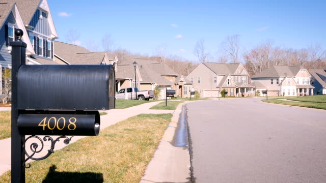 vídeos de stock e filmes b-roll de generic suburban neighborhood in the winter with a mailbox -day - driveway, no people