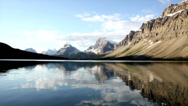 sanfte wellen oberfläche des mountain lake - süßwasser stock-videos und b-roll-filmmaterial