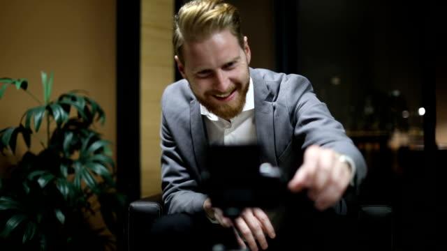 gentleman vlogging - influencer filmów i materiałów b-roll