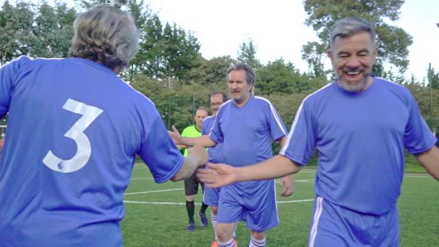 herrenfußballmannschaft unterstützt vor spielbeginn - lateinische schrift stock-videos und b-roll-filmmaterial