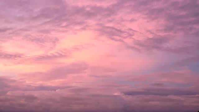 försiktigt lila himmel med rosa cloudsduring solnedgång eller soluppgång i ett tropiskt klimat - pink sunrise bildbanksvideor och videomaterial från bakom kulisserna