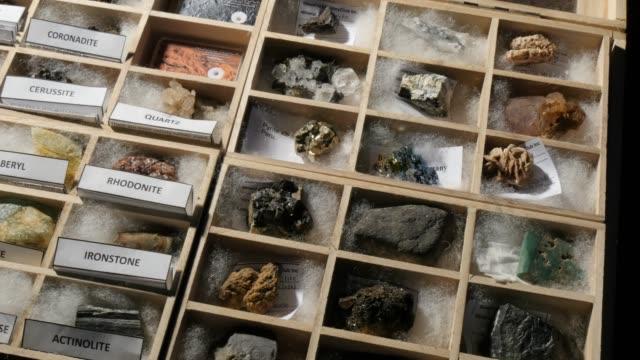 stockvideo's en b-roll-footage met geologie minerale collectie van verschillende sedimentaire metamorfe en igneous rocks - geologie