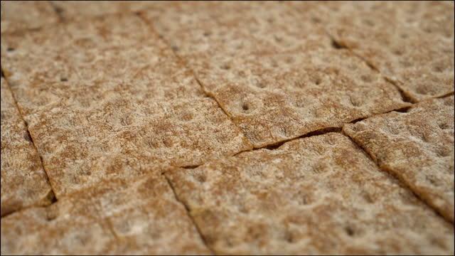 vidéos et rushes de lignes géométriques de pains croustillants se ferment - seigle grain