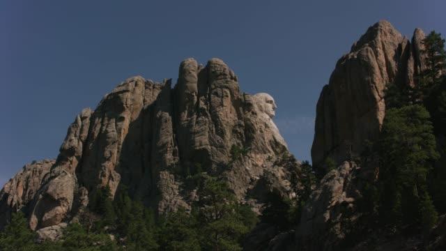 vídeos y material grabado en eventos de stock de george washington enmarcado entre rocas en mount rushmore national memorial, dakota del sur - mount rushmore