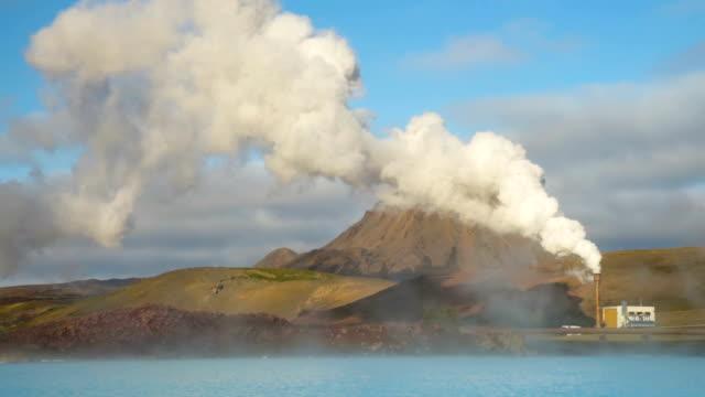 geothermiekraftwerk in der nähe des myvatn-sees in island - wasserstoff stock-videos und b-roll-filmmaterial