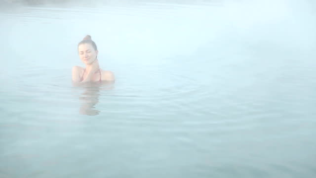geothermischen spa-therapie - sauna und nassmassage stock-videos und b-roll-filmmaterial