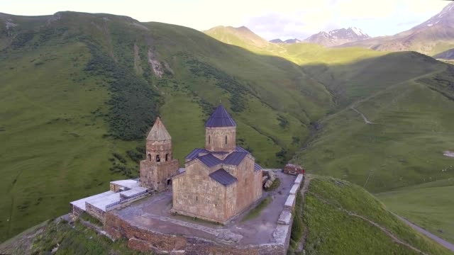 stockvideo's en b-roll-footage met luchtfoto. gergeti kerk. cminda sameba. shigatse, stepantsminda. georgië - klooster