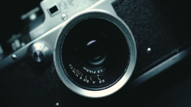 vídeos de stock, filmes e b-roll de fundo de câmera vintage clássico alemão, preto, - camera