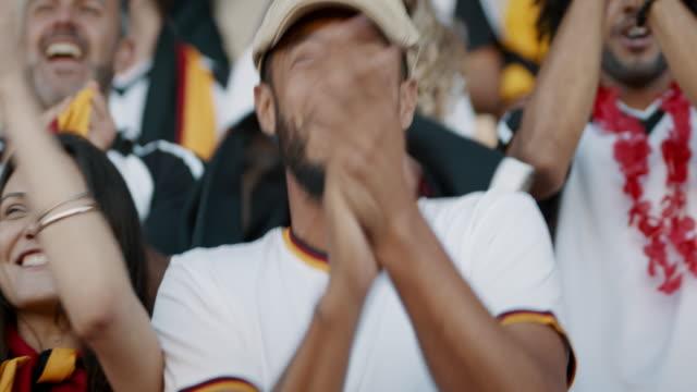 ドイツのファンが彼らのチームを唱え、応援する - 観客点の映像素材/bロール