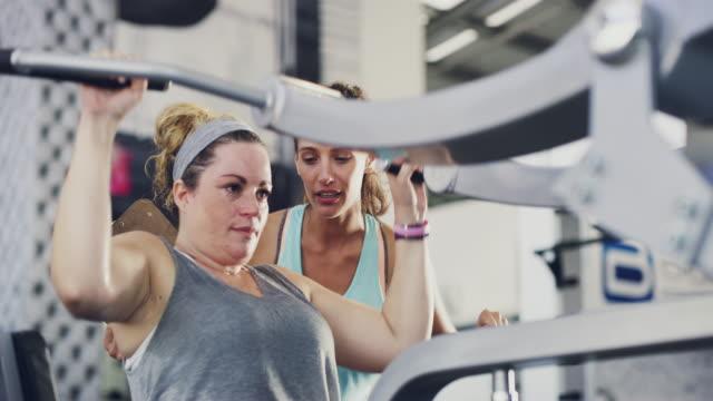 vídeos de stock, filmes e b-roll de tirar o máximo proveito de sua academia - personal trainer