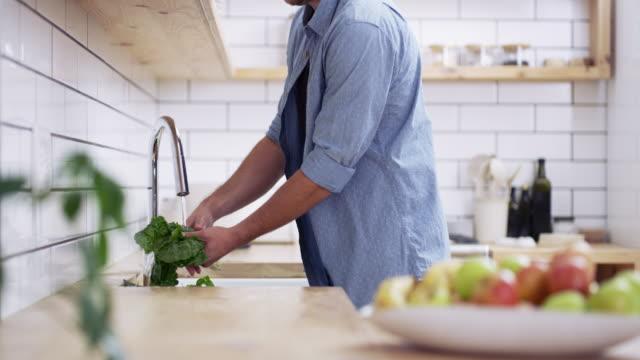 vidéos et rushes de obtenir ses ingrédients lavés et préparés pour la cuisson - laver
