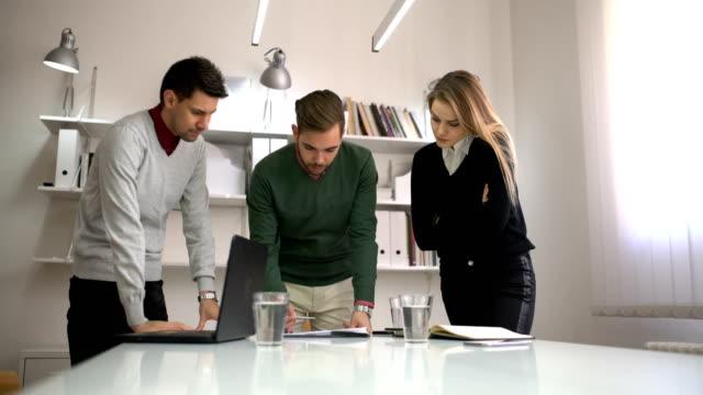 getting into business - продвижение трудовые отношения стоковые видео и кадры b-roll