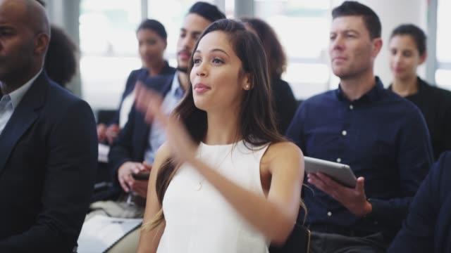 vídeos de stock, filmes e b-roll de como se envolver para ganhar mais conhecimento - perguntando