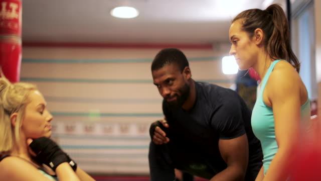 vídeos de stock e filmes b-roll de getting pushed during workout - boxe tailandês