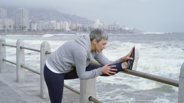 redo för en joggingtur - medelålders män bildbanksvideor och videomaterial från bakom kulisserna