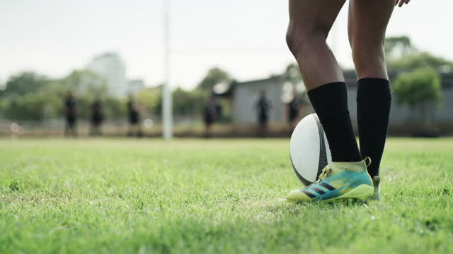 vídeos de stock e filmes b-roll de getting ready for the big kick - liga desportiva