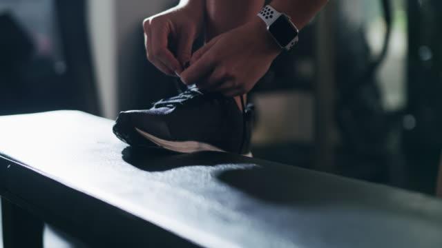 フィットネスへの第一歩を踏み出す準備 - 結ぶ点の映像素材/bロール