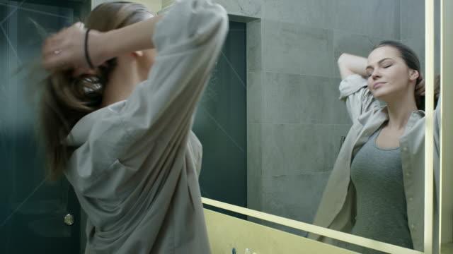 stockvideo's en b-roll-footage met klaar - paardenstaart haar naar achteren