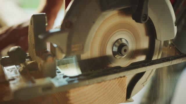 den job getan - kreissäge stock-videos und b-roll-filmmaterial