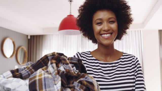 彼女の議題は洗濯を取得 - 楽しい 洗濯点の映像素材/bロール