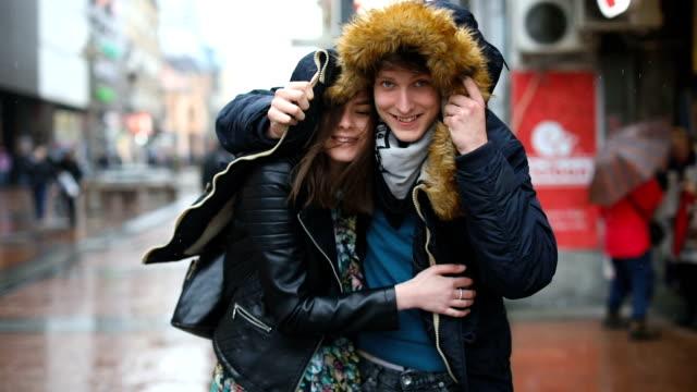 getting wet together - incontro romantico video stock e b–roll