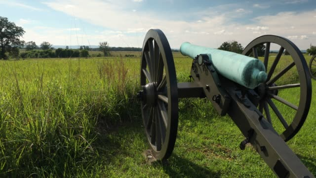 gettysburg civil war cannon in pennsylvania usa - битва стоковые видео и кадры b-roll
