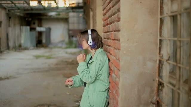 ゲットーの女の子を音楽で楽しむ - オルタナティブカルチャー点の映像素材/bロール