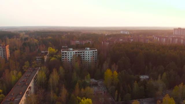 チェルノブイリ原子力発電所、ウクライナの近くのゴーストタウンプリピャチ - 全壊点の映像素材/bロール