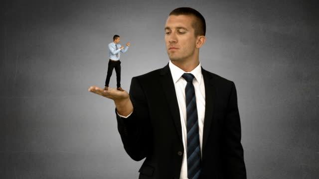 ジャイアントボス保持しないビジネスマン - 拳 イラスト点の映像素材/bロール