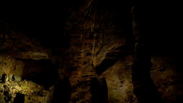 Riesige, düstere Höhle mit Stalagmiten – Video