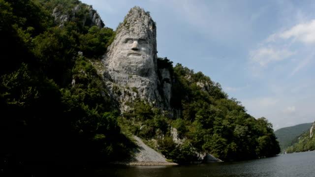 vídeos de stock e filmes b-roll de pedra gigante esculpida rio danúbio câmara de controlo - dia de reis