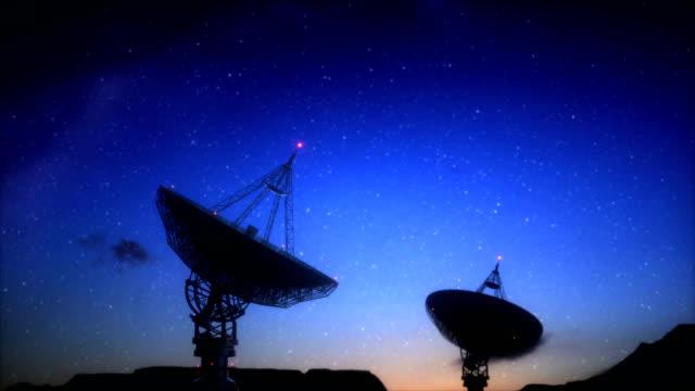 vídeos de stock, filmes e b-roll de antena parabólica gigante para sinal de galáxia - antena parabólica