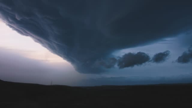 giant supercell thunderstorm timelapse - pioggia torrenziale video stock e b–roll