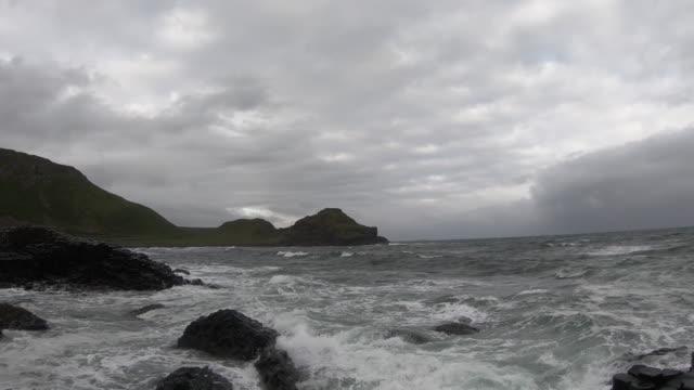 vídeos y material grabado en eventos de stock de calzada del gigante sin gente - basalto