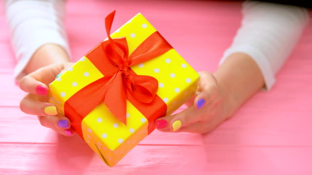 vídeos de stock e filmes b-roll de gift box in female manicured hands. - gift box