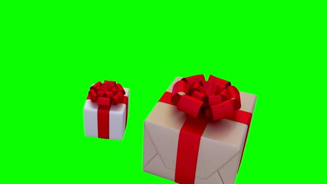 gåvor faller i slow motion på en grön bakgrund. fullhd - christmas decorations bildbanksvideor och videomaterial från bakom kulisserna
