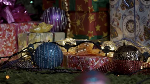 geschenke warten unter dem weihnachtsbaum - girlande dekoration stock-videos und b-roll-filmmaterial