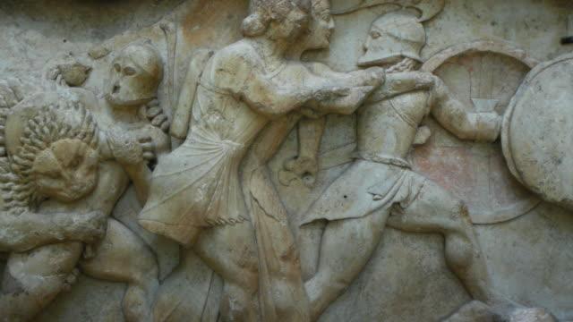 gigantomachy strid i antika grekiska sten fris - grekland bildbanksvideor och videomaterial från bakom kulisserna