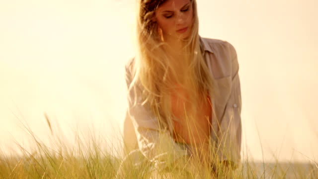 Gilr in dunes video
